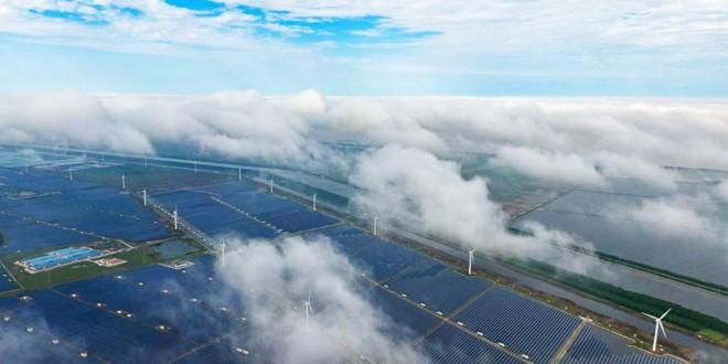 """航拍江苏东台沿海生态滩涂 云雾缭绕""""风光""""无限"""