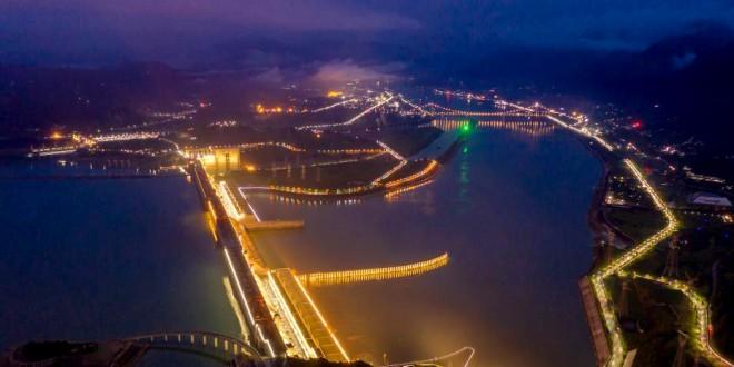 湖北宜昌:长江三峡水电站华灯初上 夜景绚丽
